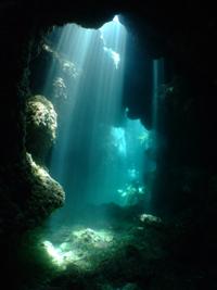沖縄 慶良間 洞窟 光のカーテン