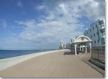 沖縄のビーチ 砂辺のデッキ