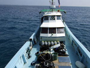 水納島と瀬底島のボート