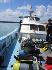 水納島と瀬底島のダイビングボート