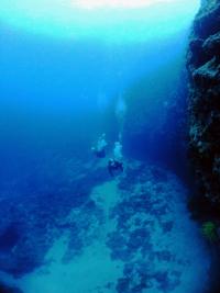万座 岩場を泳ぐ