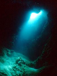 万座 洞窟のスポットライト